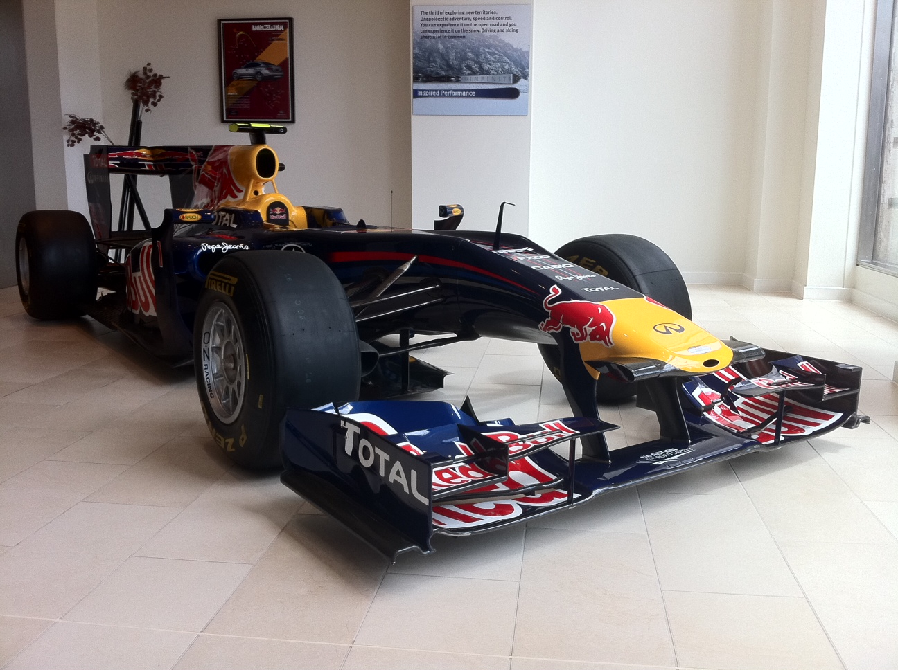 vettel-2010-f1-car-rb6-in-mayfair-london-front