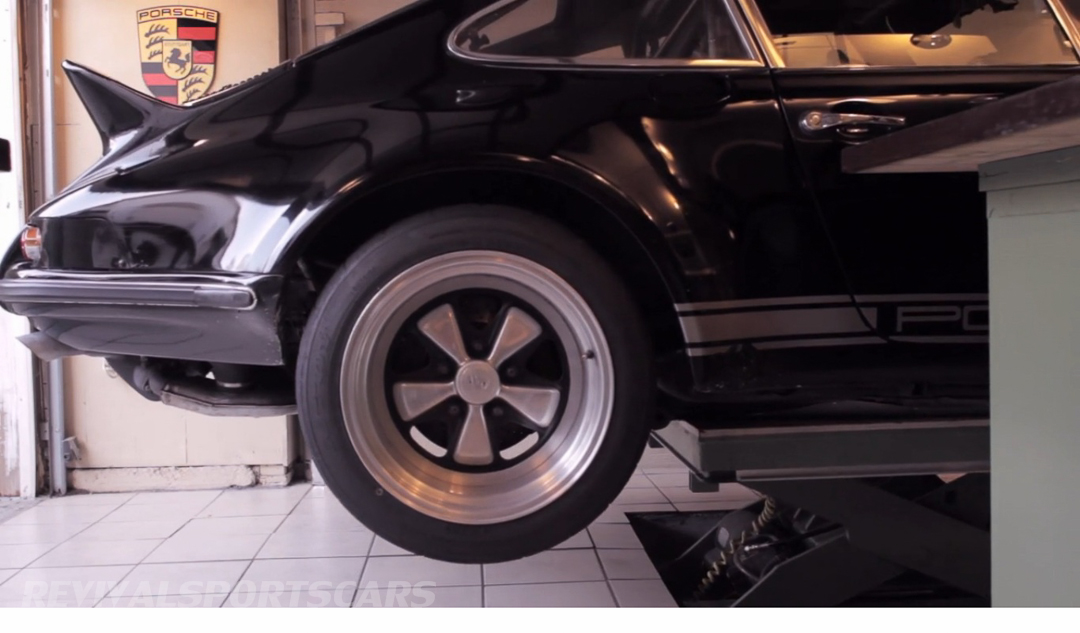 Porsche 911 1973 RSR Jack Olsen double garage workshop industrial hydraulic lift table car ramp side view