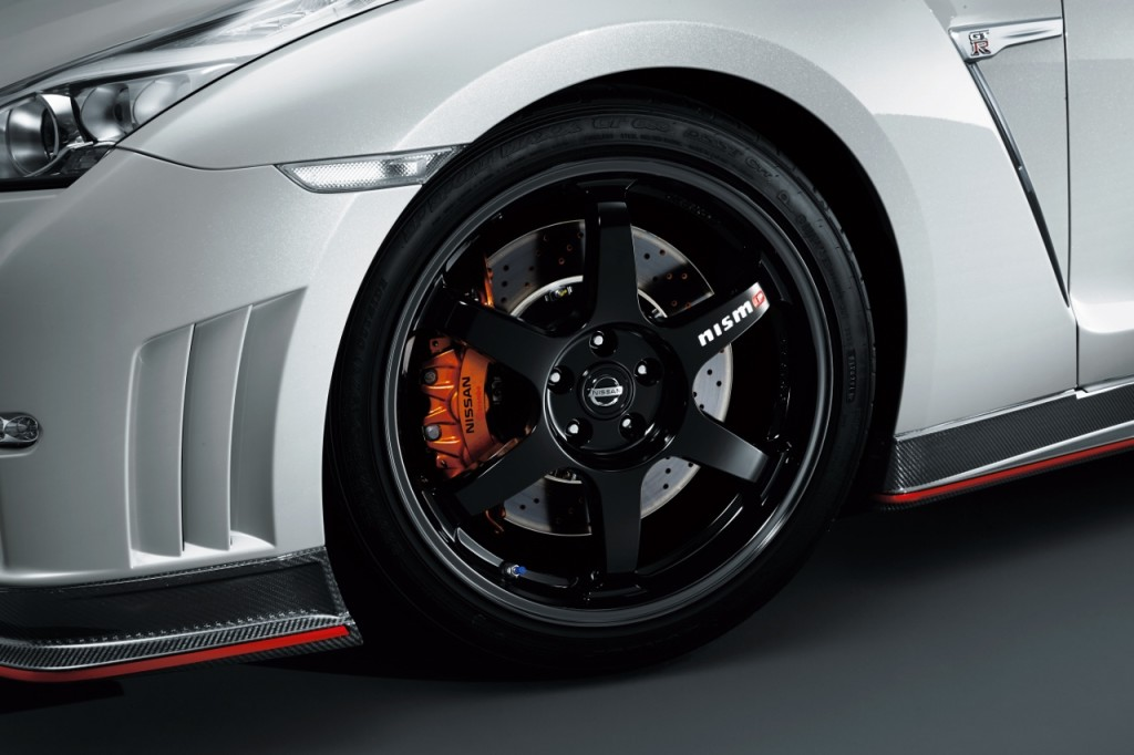 Nissan GTR Nismo Edition 2014 White wheel brake duct caliper detail